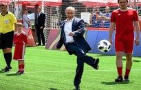 Tổng thống Putin đá bóng trên Quảng trường Đỏ
