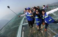 Du khách rùng mình đứng trên đài quan sát trong suốt ở Trung Quốc