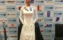 Công dân robot đầu tiên trên thế giới Sophia mặc áo dài Việt Nam