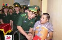 """Trao tặng Đại úy Nguyễn Đình Tài huy hiệu """"Tuổi trẻ dũng cảm"""""""
