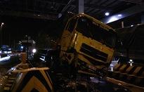 Xe tải đâm sập cabin thu phí cao tốc Trung Lương gây tai nạn liên hoàn