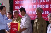 Chủ tịch Ủy ban Trung ương Mặt trận Tổ quốc Việt Nam trao quà các gia đình chính sách