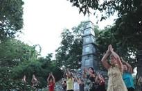 Tập thể dục buổi sáng ở Hồ Gươm, đố bạn biết có bao nhiêu cách?