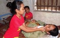 Mẹ ung thư giai đoạn cuối, hai đứa trẻ sống lay lắt từng ngày