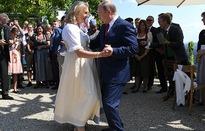 Tổng thống Nga Putin khiêu vũ với Ngoại trưởng Áo
