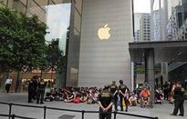 Người Việt xếp hàng dài chờ mua iPhone Xs
