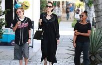 Angelina Jolie vui vẻ đưa con ra phố