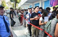 Giới trẻ xếp hàng đợi mua sắm tại Uniqlo