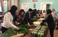 Cộng đồng người Việt tại Nga gói bánh chưng đón Tết Kỷ Hợi