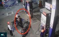 Nhắc khách không nghe điện thoại, nhân viên cây xăng bị đâm trọng thương