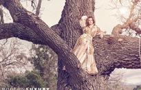 Anne Hathaway mặc thật đẹp và trèo lên cây