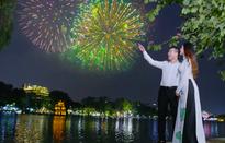 Sao mai Xuân Hảo nắm tay gái lạ ngắm pháo hoa trong MV mới mừng 30/4