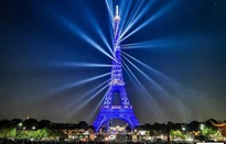 Tháp Eiffel thắp đèn mừng 130 năm tuổi