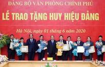 Trao Huy hiệu Đảng cho đảng viên Đảng bộ Văn phòng Chính phủ