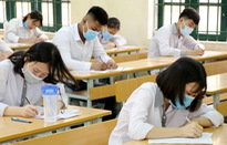 Thí sinh làm bài thi tốt nghiệp THPT môn Toán trong tiết trời nắng nóng