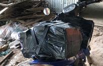 Nhóm buôn lậu nhảy xuống kênh tẩu thoát, bỏ lại 2 xe mô tô và 1.000 bao thuốc lá