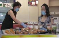Kiều bào tại Bỉ bán chè, bánh Trung thu gây quỹ giúp người dân trong nước chống dịch
