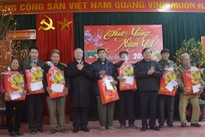 Leaders pay pre-Tet visits and present gifts in localities