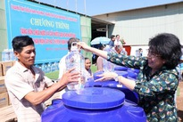 Bến Tre residents supply fresh water to households affected by saltwater intrusion
