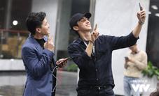 Hai hot boy Tình khúc Bạch Dương tung hứng ở hậu trường buổi tập Táo quân 2018