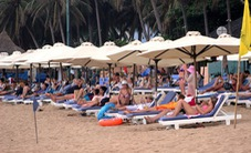 Bãi biển Nha Trang bị lấn chiếm, thu hẹp đến ngột ngạt