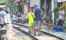 """Kê bàn sát đường ray, ra sức chụp ảnh tàu chạy tại """"tuyến phố check-in"""" Phùng Hưng"""