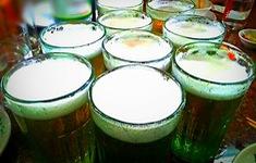 Lấy bia trong tủ lạnh uống, bé 8 tuổi nguy kịch