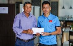 HLV Park Hang Seo và đội trưởng Văn Quyết trao 250 triệu đồng cho ĐT nữ Việt Nam