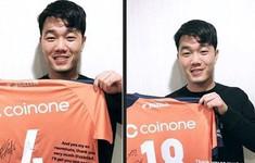 Lương Xuân Trường nhận quà mừng từ đồng đội cũ