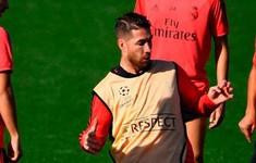 Bị gạt tay trúng má, Sergio Ramos nổi điên đá liên tiếp vào người đồng đội