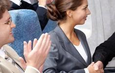 Vì sao hành khách vỗ tay khi máy bay hạ cánh?