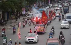 CĐV hừng hực diễu hành tiếp sức ĐT Việt Nam đấu ĐT Malaysia