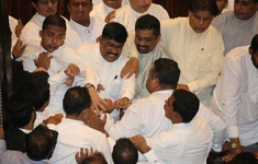 Nghị sĩ bất đồng ý kiến, nghị trường Sri Lanka biến thành võ đài