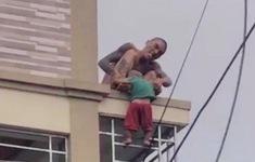 Thót tim: bé 2 tuổi bị bố nghi ngáo đá thả từ tầng 2 xuống