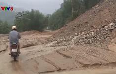 Sạt lở núi gây ách tắc giao thông vùng cao Quảng Ngãi