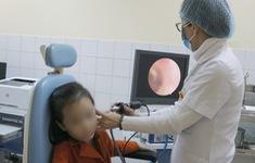 Lấy hạt cườm rơi vào tai bé gái 5 tuổi ở Quảng Ninh