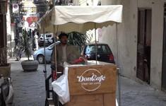 Anh chàng bán cà phê dạo ở Italy
