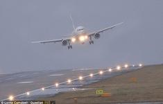 Anh: Các máy bay liên tục hạ cánh bất thành do gió lớn