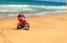 Hài hước hình ảnh ông già Noel đua xe mô tô