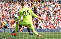 Lacazette lập cú đúp vào lưới West Ham trong vòng 4 phút cuối trận