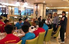 ĐT U19 Việt Nam nhận quà từ HLV Park Hang Seo