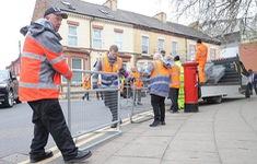 Cảnh sát Liverpool dựng rào chắn bảo vệ xe bus chở CLB AS Roma