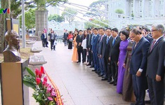 Thủ tướng dâng hoa tưởng nhớ Chủ tịch Hồ Chí Minh