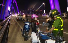 Dừng đỗ xe trên cầu Nhật Tân: Biết sai vẫn cố tình vi phạm