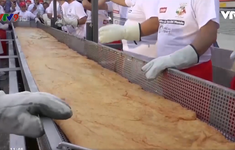 Italy lập kỷ lục bánh pizza Napoli chiên dài nhất thế giới