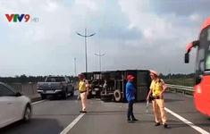 Xe tải chở dừa lật trên cao tốc TP.HCM - Trung Lương