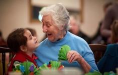 Người già sống thọ hơn khi có trẻ em chơi cùng