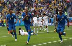 """Hài hước FIFA World Cup™ 2018: Ăn mừng quá sung, HLV Brazil ngã """"lộn tùng phèo"""""""
