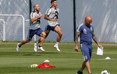 Các cầu thủ Argentina gây hỗn loạn trước trận đấu sinh tử với Nigeria
