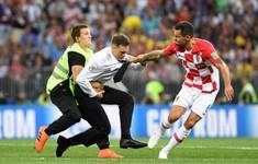 Nóng mặt khi đang bị dẫn, sao Croatia quật ngã CĐV, lớn tiếng đuổi khỏi sân